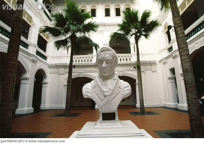 statue_of_sir_thomas_stamford_raffles_in_a_courtyard_of_a_hotel_raffles_hotel_singapore_gwt166038